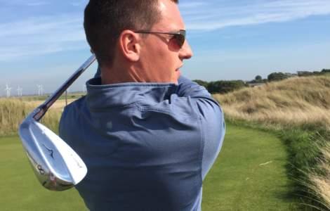 a man playing golf and wearing Bigatmo sunglassess